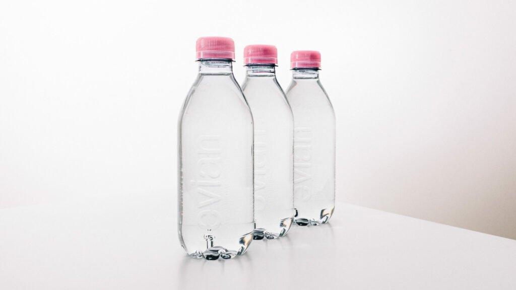 Sans étiquette et 100% recyclable Evian dévoile sa nouvelle bouteille